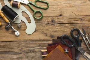 Vue de dessus des articles de couture sur bois rustique