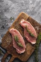 viande crue sur une planche à découper photo