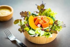 bâtonnets de crabe avec salade de légumes frais avec sauce mayonnaise photo