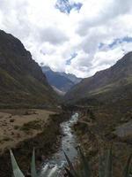 Vue sur la rivière au pied d'un ravin, chemin inca pérou photo