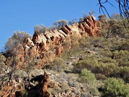 Paysage avec crête de montagne près de Larapinta, Australie photo