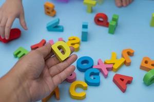 parent et enfant jouant avec des lettres