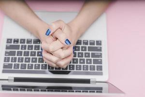 mains jointes sur un ordinateur portable
