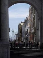Pérou 2015- vue à travers une arcade à Arequipa au Pérou photo