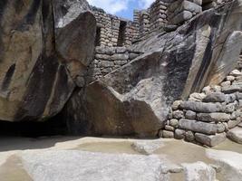Vue de la maçonnerie au sommet du machu picchu, pérou photo