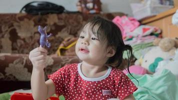 petite fille tenant un jouet photo