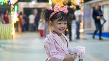 fille jouant avec une baguette à bulles photo
