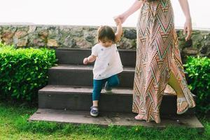 femme aidant fille dans les escaliers photo