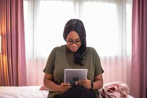 femme sur une tablette photo