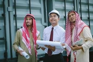 trois hommes d & # 39; affaires sur un chantier de construction photo