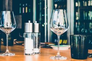 verres sur la table photo