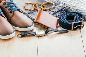 vêtements et accessoires de mode sur plancher en bois photo