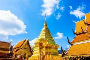 Pagode d'or à wat phrathat doi suthep, monument de Chiangmai en Thaïlande photo