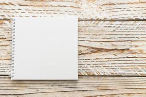 cahier vierge maquette sur fond de bois photo