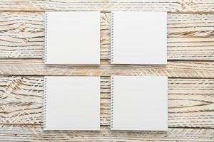 cahiers vierges sur fond de bois photo