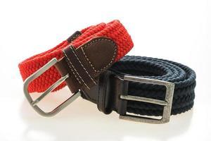 ceintures avec boucle sur fond blanc photo