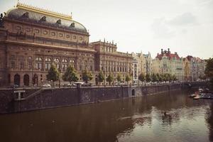 Prague, République tchèque 2016 - remblai smetanovo et théâtre national photo