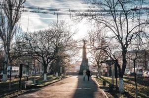 Moldavie 2013 - vue du boulevard Grigore Vieru alors que les touristes traversent une ombre photo