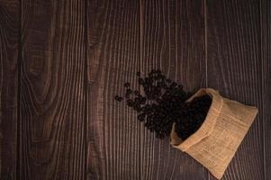 grains de café sur la table photo