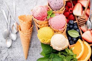 vue de dessus de la crème glacée et des baies dans une boîte