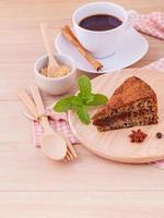 gâteau sur une assiette en bois photo