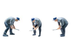 Concept de travailleurs de la construction miniature isolé sur fond blanc photo