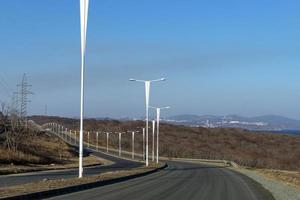 Paysage avec une autoroute et des lampadaires sur l'île de russky à Vladivostok, Russie photo