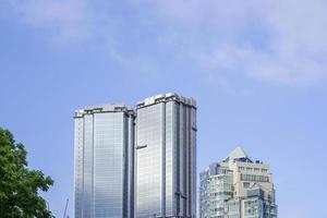 Paysage urbain de grands immeubles et ciel bleu nuageux à Vladivostok, Russie photo