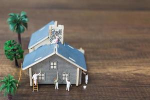 Travailleurs miniatures peignant une nouvelle maison, concept de rénovation photo