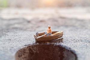 pêcheur miniature pêchant sur un bateau photo