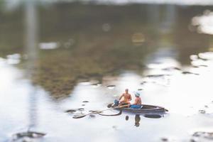 pêcheurs miniatures pêchant sur un bateau photo
