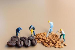 des équipes miniatures travaillant ensemble sur le mélange de café