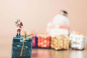 Père Noël miniature portant un sac, concept de célébration de Noël