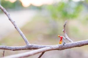 Travailleur miniature coupant des branches d'arbres, concept de déforestation photo