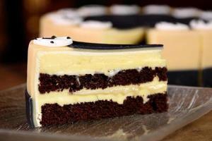 Morceau de gâteau d'anniversaire massepain sur une table en bois photo
