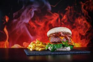 hamburgers avec frites avec assiette photo
