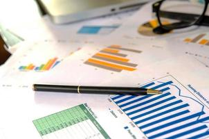 rapports financiers et un stylo