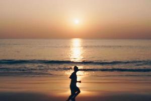 coucher de soleil sur la plage de la nature tropicale