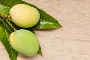 Close up de mangues sauvages sur un fond en bois