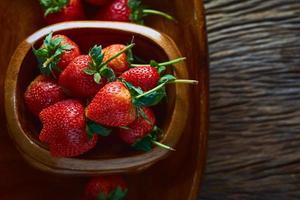 fraises fraîches sur une table en bois photo