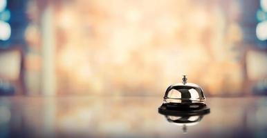 Bell sur un comptoir de service avec un arrière-plan flou photo