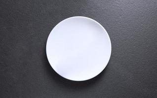 vue de dessus d'une assiette vide sur un fond de marbre photo