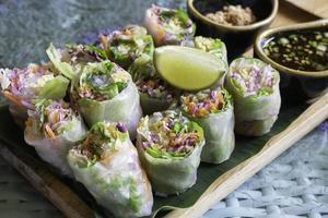 rouleaux de printemps aux légumes frais et sains