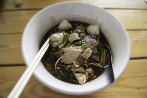 soupe de porc aux nouilles à la thaïlandaise locale photo