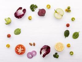 cadre d'ingrédients frais sur blanc