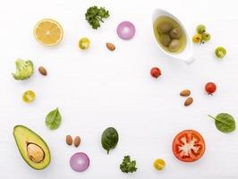 ingrédients crus frais sur blanc