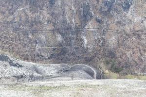 montagnes dépouillées de leur végétation après un incendie photo
