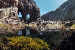 vue ci-dessous et au-dessus de l'eau dans un bassin de marée photo