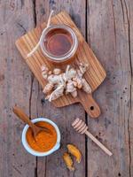 vue verticale du curcuma et du miel