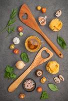 ingrédients italiens et ustensiles en bois